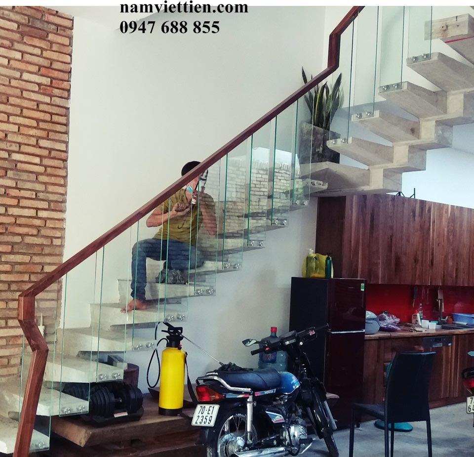 mẫu trụ cầu thang gỗ vuông hcm