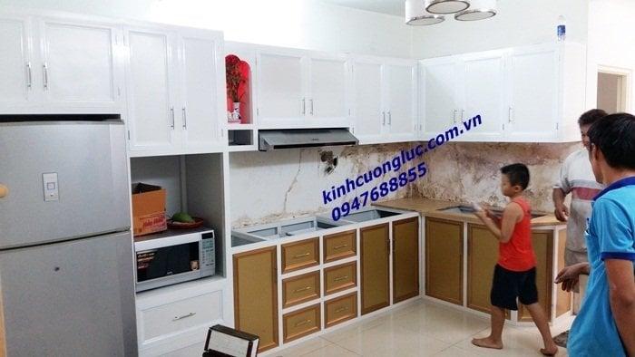 Mẫu tủ bếp nhôm kính giả gỗ-sơn tĩnh điện