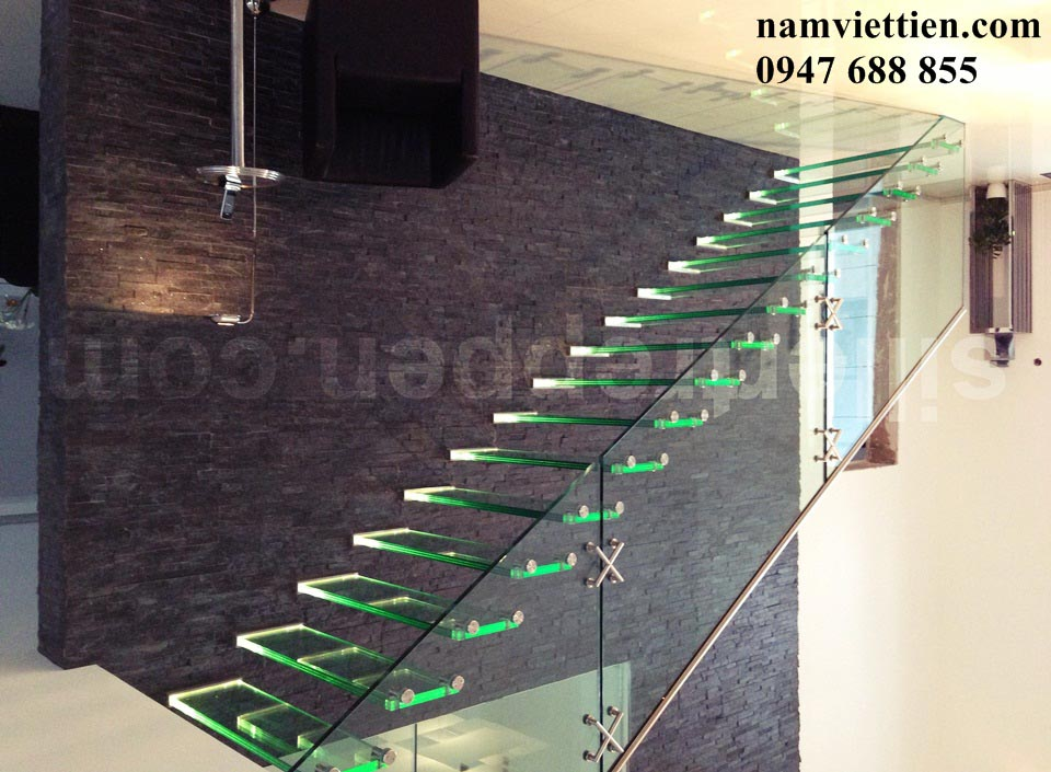 all glass stair LED lighted treads close shot - Mẫu cầu thang kính đẹp