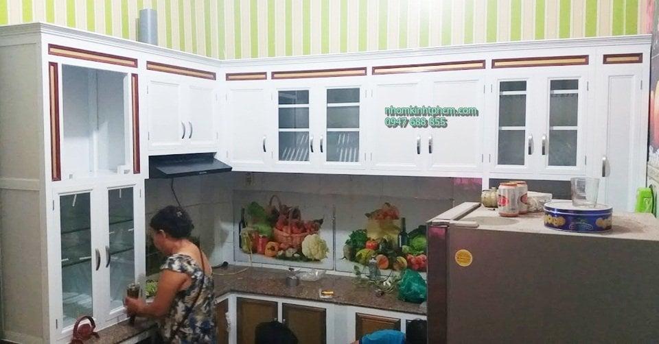 tủ bếp nhôm kính giả gỗ tphcm, tủ bếp nhôm kính vân gỗ hcm,báo giá tủ bếp nhôm vân gỗ tphcm, tủ kệ bếp nhôm kính vân gỗ treo tường hcm, mẫu tủ bếp nhôm kính giả gỗ đẹp tphcm