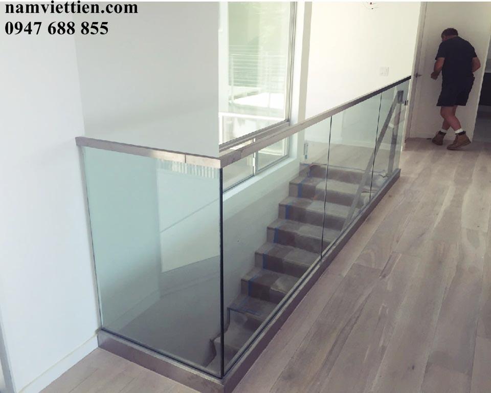 modern stair railing install - Cầu thang kính tay vịn inox
