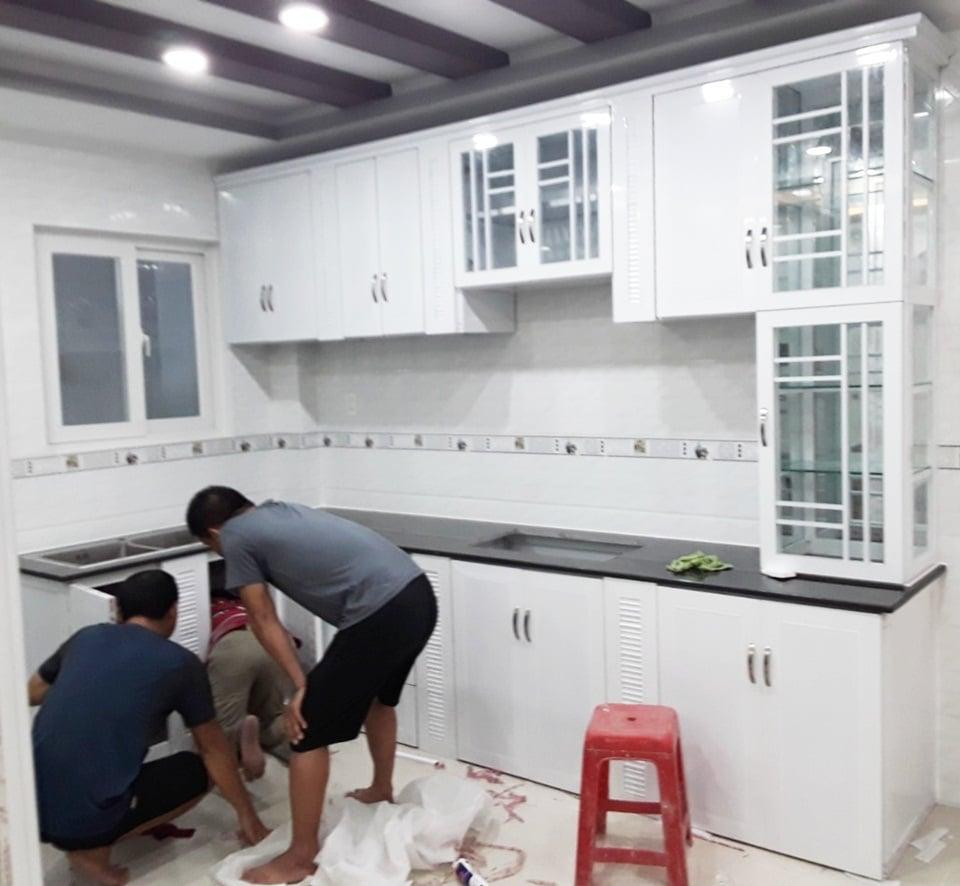 mẫu tủ bếp nhôm kính vân gỗ thông minh