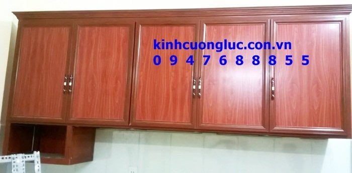 Tủ bếp nhôm kính giả vân gỗ giá rẻ hcm