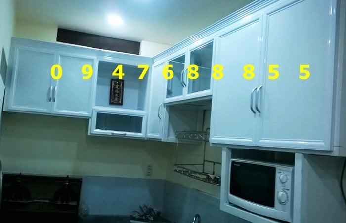 Kệ bếp bằng khung nhôm kính trắng sứ