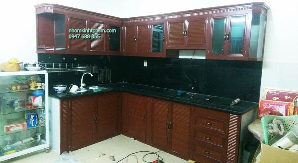 mẫu tủ bếp nhôm kính chữ L