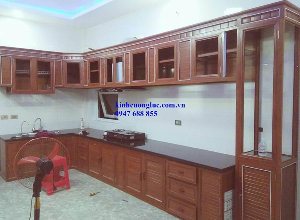 Mẫu tủ bếp khung nhôm kính vân gỗ