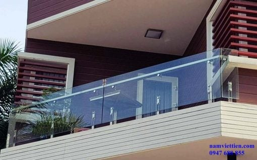 lan can cầu thang vách kính
